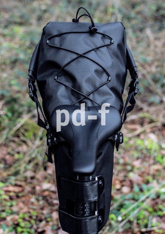 """Schmal bauend, gut komprimierbar, dazu die Möglichkeit, noch etwas oben drauf zu binden: So ist eine gute Bikepacking-Satteltasche aufgebaut (Modell """"Seatpack"""" von Ortlieb)."""
