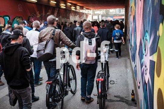 Bei vielen Menschen sollte man auch das E-Bike besser schieben.