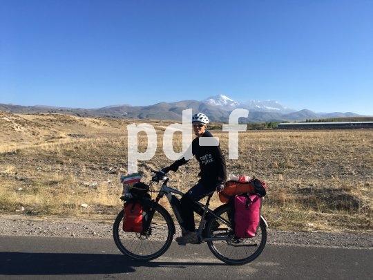 Ihr E-Bike, ein Modell der Marke Flyer, hat Andrea Freiermuth bereits bis Usbekistan getragen. Hier ist sie im Iran unterwegs.