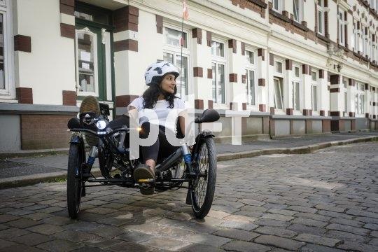 Technik aus dem Auto findet sich immer häufiger auch am Fahrrad. Am abgebildeten mehrspurigen S-Pedelec finden sich Blinker, Bremslicht, Rückspiegel, Kennzeichenbeleuchtung und Füllstandsanzeiger für Bremsflüssigkeit.