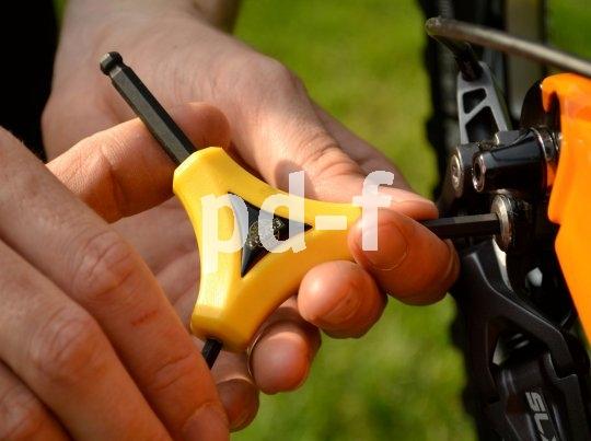 Dreiarmschlüssel bieten guten Griff und Größenauswahl; hier ein Dreier-Sechskant (Inbus) mit Kugelkopf - damit findet man auch dann Halt im Bolzenkopf, wenn man den Schlüssel nicht genau von oben aufsetzen kann.