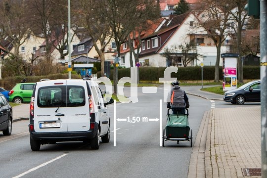 Die novellierte Straßenverkehrsordnung (StVO) schreibt Autofahrern bei der Vorbeifahrt an Radfahrern innerörtlich einen Mindestabstand von 1,5 m vor. Außerhalb geschlossener Ortschaften gelten 2,0 m.