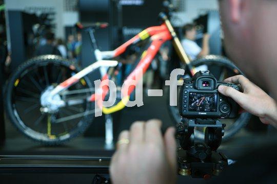 Die neuen Fahrräder im Fokus.