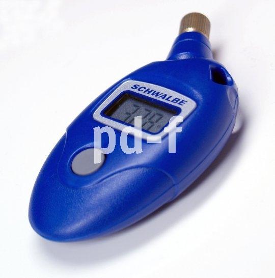 Genauer als die Daumenprobe: Mit einem Druckmesser lässt sich der Reifendruck exakt ermitteln. Einmal das Knöpchen drücken genügt.