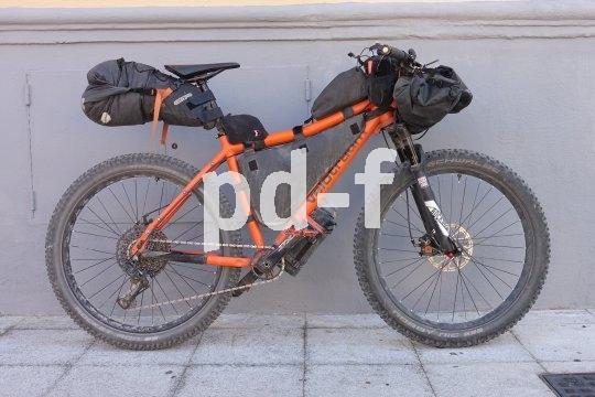 """Der """"Speedster""""-Rahmen von Velotraum lässt sich gut zum Bikepacking-Express ausbauen. Das Ergebnis ist ein flottes Lasttier, dem man fast alles zutrauen kann."""