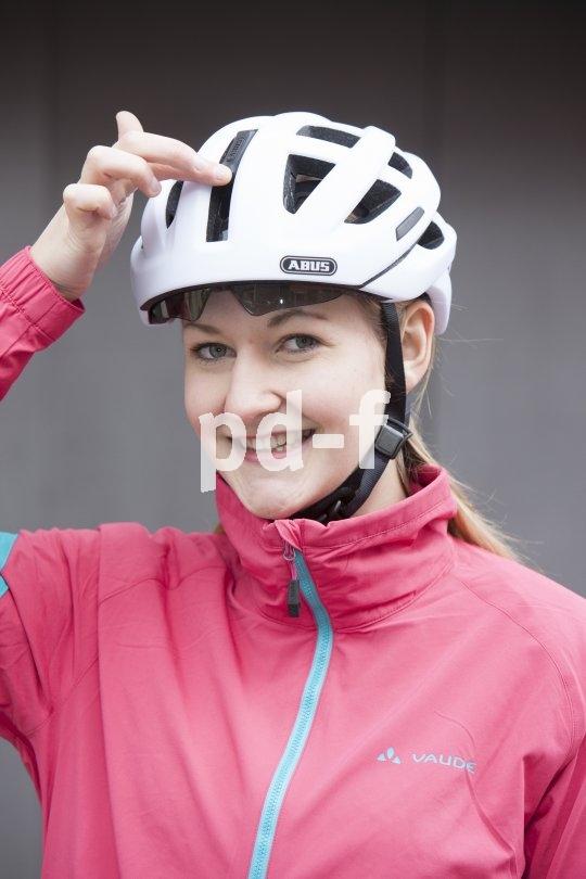 Dieser sportliche Helm weist ein praktisches Visier auf, das sich unter der Helmschale verbirgt und bei Bedarf optimalen Augenschutz bietet.