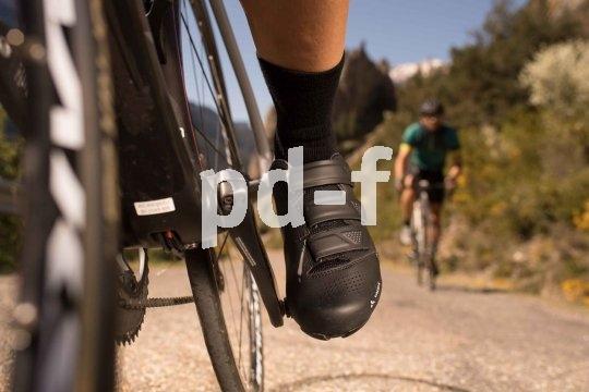 Rennrad-Schuhe für Klickpedale benötigen eine feste Sohle, um eine optimale Verbindung und Kraftübertragung zu gewährleisten. Auch eine gute Belüftung ist wichtig. Und dann kommt es natürlich entscheidend auf die Passform an.