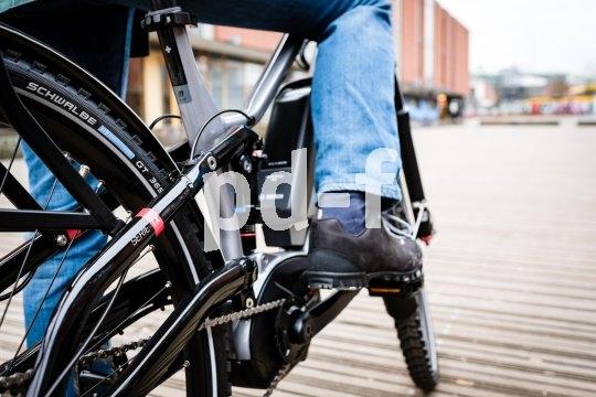 """Ein komfortables, sportliches E-Trekkingrad. Dieses Modell der """"TX""""-Serie des E-Bike-Herstellers Flyer ist vollgefedert und verfügt über ein ABS für optimale Traktion auch bei Notbremsungen. Dazu gehört natürlich auch eine entsprechende Ganzjahresbereifung."""