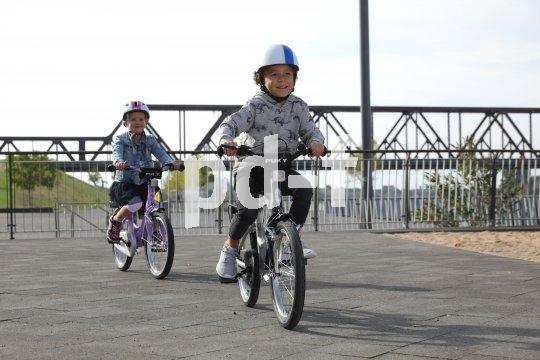 Wenn Rad und Helm passen lernt sich das Fahren fast von selbst. Mit genug Platz lassen sich auch viele spielerische Fahrübungen mit mehreren Kindern durchführen.
