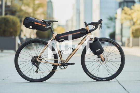 Die Ausrüstung für das kleine Fahrradabenteuer: offroadfähiges Rad und eng am Rahmen anliegendes Minimalgepäck.