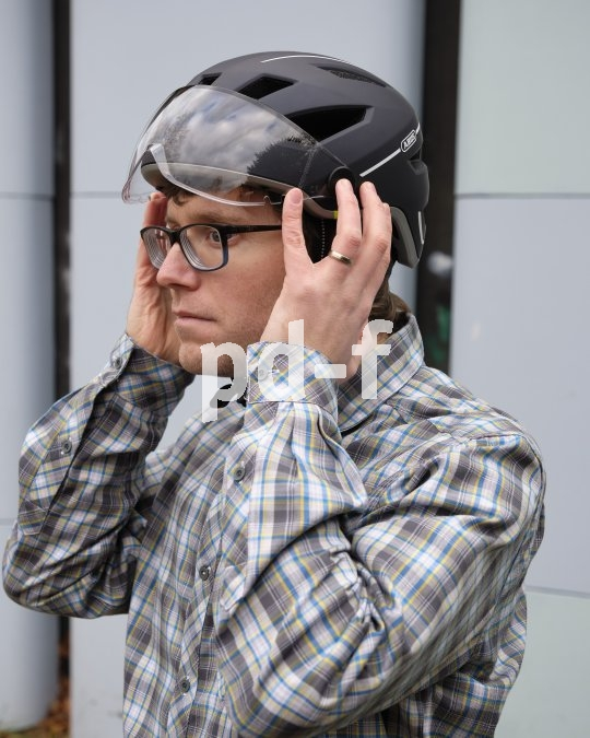 Eine sorgfältige Anpassung an den Kopf ist die Voraussetzung dafür, dass der Helm richtig schützt.