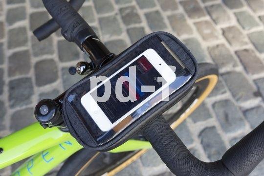 """Ein guter """"Parkplatz"""" im Cockpit ist von Vorteil, wenn man unterwegs sein Smartphone oder Navi im Blick haben will. Hersteller M-Wave bietet Halterungen für den Vorbau bzw. Lenkerkopf an."""