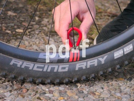 Mit dem passenden Nippelspanner lässt sich ein Laufrad auch unterwegs justieren, wenn es sich mal etwas verzogen hat.