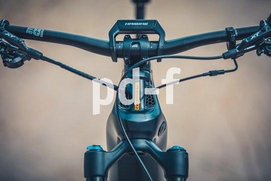 E-Mountainbikes entwickeln sich zu einer eigenen Bike-Kategorie. Die Firma Haibike integriert bei ihrer Modellserie Flyon sowohl Akku als auch Motor in den Carbonrahmen und verspricht intuitive Bedienbarkeit über ebenfalls integrierte Displays.