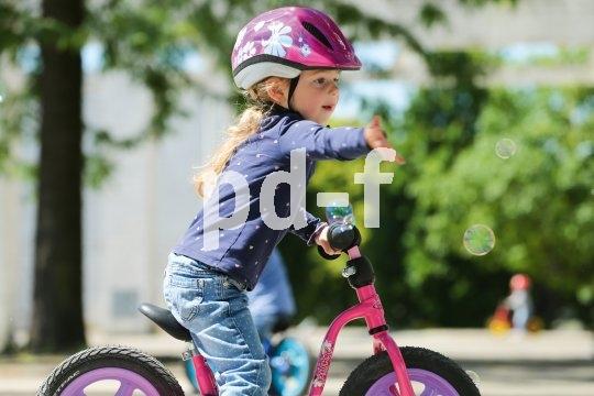 """Wenn das Fahren schon recht sicher vonstatten geht, können Kinder auch schon mal das """"Anzeigen"""" über: Achtung, ich will abbiegen..."""