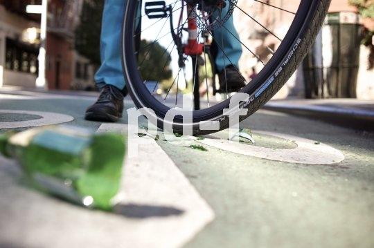 Ein pannenfester Tourenreifen stört sich auch nicht an den Glassplittern, die Radfahrern gerade in der Stadt das Leben schwermachen.