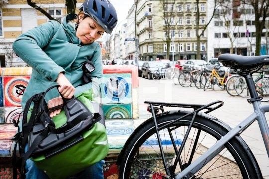 """Taschenspezialist Ortlieb bringt mit dem Modell """"Vario"""" eine Packtasche auf den Markt, die gleichzeitig ein vollwertiger Rucksack ist. Zwei Innen- und zwei Außentaschen stehen zur Verfügung."""