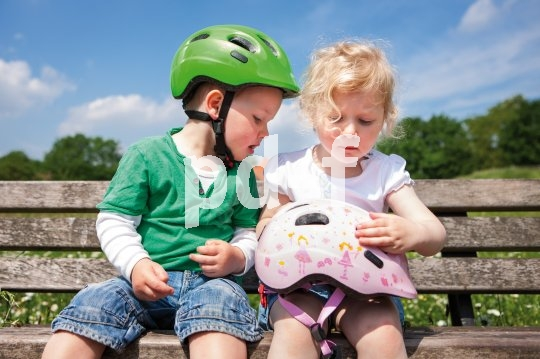 Kinder sind dankbare Helmträger, denen man nur in Sachen Passform und Komfort entgegenkommen muss. Mit Coolness- und Frisurproblemen müssen sich die Eltern erst im Teenageralter herumschlagen...