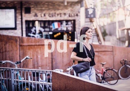 """Praktisch für das kleine, aber wichtige Gepäck: eine Lenkertasche, die zur Handtasche wird, wenn man sie vom Rad nimmt. Handy, Geldbeutel und Mobiltelefon sind so bei jedem Gang griffbereit dabei (Modell """"Velo-Pocket"""" von Ortlieb)."""