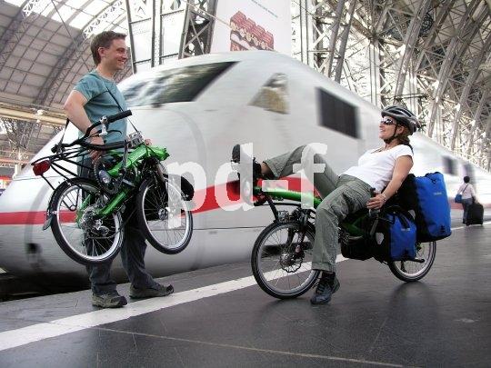 Ob Pendelfahrt oder Radreise: In gefaltetem Zustand passt das Liegerad auch ins Fahrradabteil.