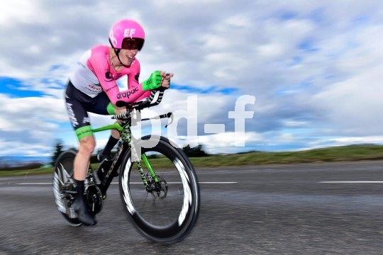 Zeitfahrhelm und Triathlon-Lenker sorgen für eine bessere Aerodynamik des Fahrers; die Hochprofilfelgen verringern den Luftwiderstand des Rades.
