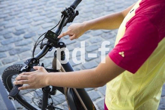 """An Flyers Crossover-E-Bike """"Goroc 2"""" ist der Panasonic-Antrieb GX Ultimate verbaut. Das Display zentral am Lenker gibt Aufschluss über alle Fahrdaten; bedient wird der Motor über die Remote-Tasten am linken Lenkergriff."""