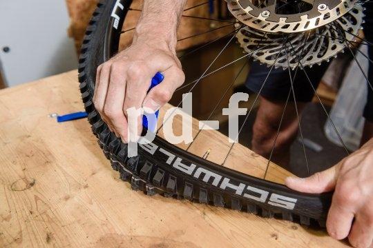 Für die letzten Zentimeter braucht man meist Kraft ? und manchmal die Hilfe eines oder zweier Reifenheber.