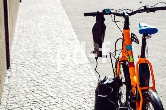 """Accessoire-Spezialist Fahrer Berlin bringt mit der """"Charger Bag"""" eine regen- und schmutzresistente Ladegerät-Tasche auf den Markt. Sie erleichtert das Akkuladen an öffentlichen Ladestationen, die selten überdacht sind."""