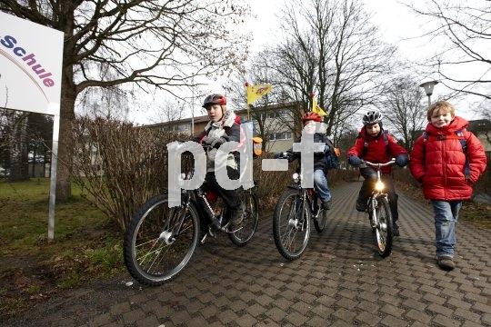Sichtbarkeit und Sicherheit sind Pflicht auf dem Schulweg. Beim Radeln gehört eine funktionierende Lichtanlage und ein Helm dazu. Das auffällige Fähnchen ist vor allem bei Kindern über acht sinnvoll, die bereits auf der Straße fahren dürfen.