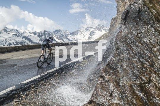 Auf dem Rennrad einen Gebirgspass zu überqueren und in die Abfahrt zu tauchen, lässt jede Menge Adrenalin frei werden.