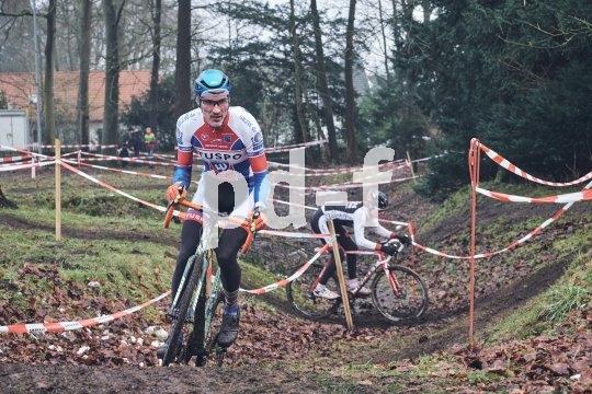 Der Cyclocross-Kurs in Buchholz verlangt von den Fahrern auf technischen Passagen einiges ab.