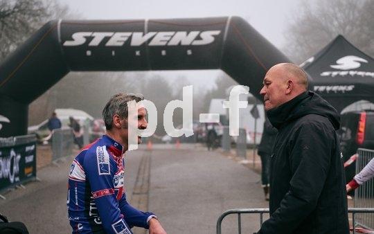 Michael Boving (r.) beglückwünscht Kai-Henrik Günther nach der Zieldurchfahrt.