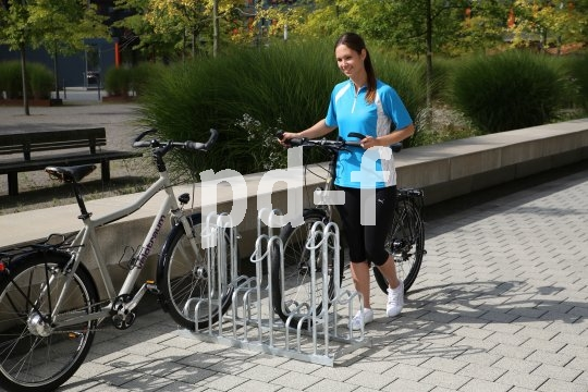 """Eine gute Fahrradabstellanlage bietet mindestens eine stabile Anlehnmöglichkeit, die auch zum Anschließen taugt.  Reine """"Vorderradkneifer"""" sind eher eine Fahrradsortierhilfe und vor allem eine Gefahr für die Felgen."""