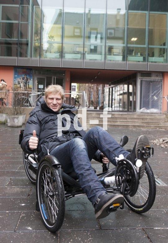 Alltagsmobilität im Schnellgang bietet ein Liegedreirad. Man sitzt wie im Sportwagen, kann sich beim Treten am Sitz abstützen und genießt den Vorzug geringen Luftwiderstandes.