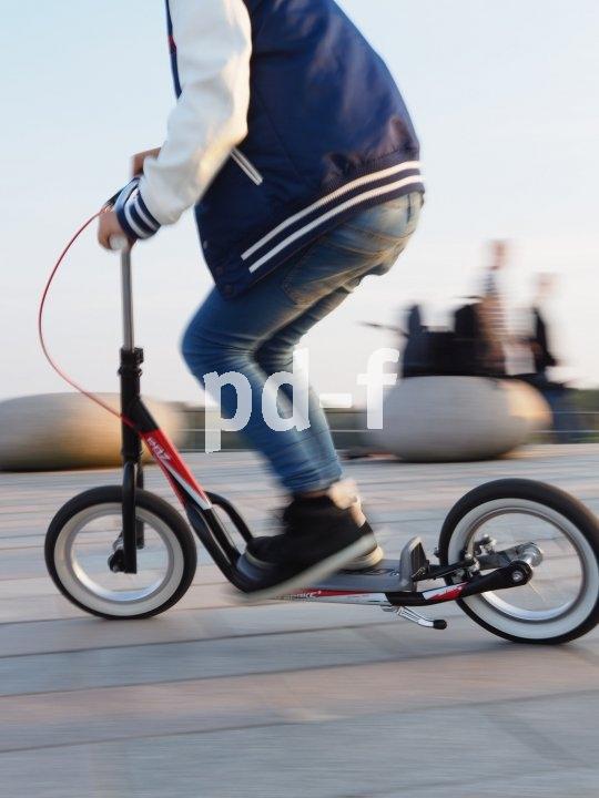 Roller sind eine praktische Alternative zum Fahrrad für den Schulweg.