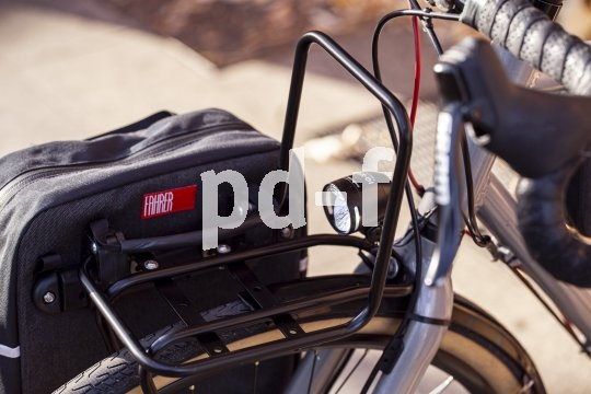 Accessoirespezialist Fahrer Berlin bietet einen schlank bauenden Frontgepäckträger für Fahrräder mit den Laufradgrößen 26- und 28-Zoll an. Er trägt bis zu 15 kg Last. Auch seitliche Gepäcktaschen lassen sich problemlos montieren.