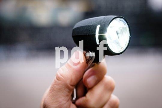 """Immer weiter geht die Entwicklung beim Thema Frontlicht am Fahrrad. Stand der Dinge ist hier inzwischen der Scheinwerfer mit LED-Technik. Dieses Model (""""Myc"""" von Busch und Müller) hat 50 Lux Leuchtkraft und Standlichfunktion, außerdem seitliche Schlitze für bessere Sichtbarkeit."""