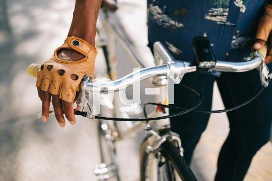 """Schützt nicht nur zarte Hände mit echtem Leder und viel Seventies-Chick: Mit dem Handschuhmodell """"Bullitt"""" des Herstellers Thousand sind Sie immer gut angezogen - soweit das Wetter mitspielt."""