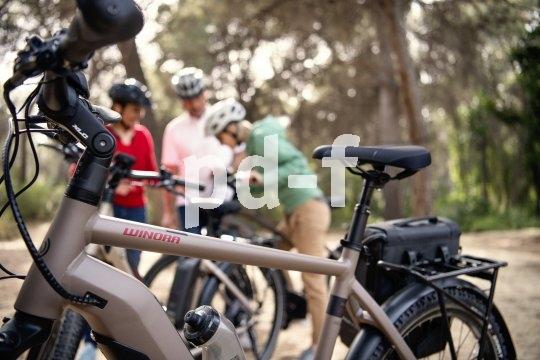 Mit dem neuen Fahrrad sollte man sich am besten abseits des Verkehrs vertraut machen. Bei E-Bikes mit ihrem spezifischen Fahrverhalten gilt das ganz besonders.