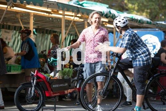 Ein Lastenrad-Vorteil von vielen: Der Einkauf auf dem Markt lässt sich direkt verladen, ohne dass man ihn vorher weit herumtragen muss. Und der Rücken bleibt auch frei.