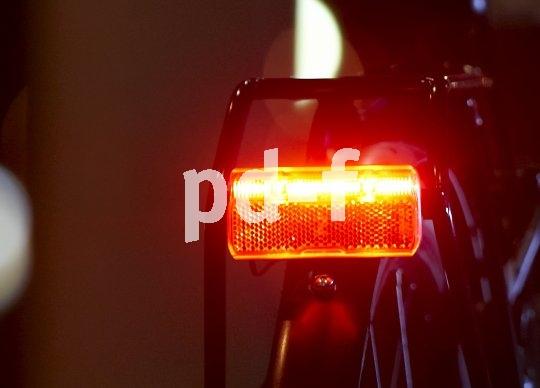 Moderne Fahrradbremsen können furios verzögern; dass der Griff in die Eisen ein helles Bremslicht aktiviert, ist da ein großer Sicherheitsgewinn.