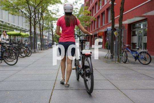 """Notfalls läst es sich auch mal schieben, aber das """"Mavaro Neo 1"""" von Cannondale ist ein komfortables E-Citybike mit 625-Wattstunden-Akku, Gates-Riemen und stufenloser Schaltung. Zum Fahren gemacht!"""
