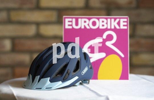 """Ein Allround-Helm für City- und Tourenradler ist der bereits bewährte, aber gerade frisch überarbeitete """"Urban I 3.0"""" von Abus. Die Kinnriemen sind jetzt per Magnetprinzip einhändig verschließbar, und ein integriertes rotes LED-Licht erhöht die Sichtbarkeit im Dunklen."""