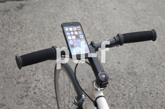 Wer mit dem Smartphone navigiert, sollte es fest und sicher am Lenker befestigen.