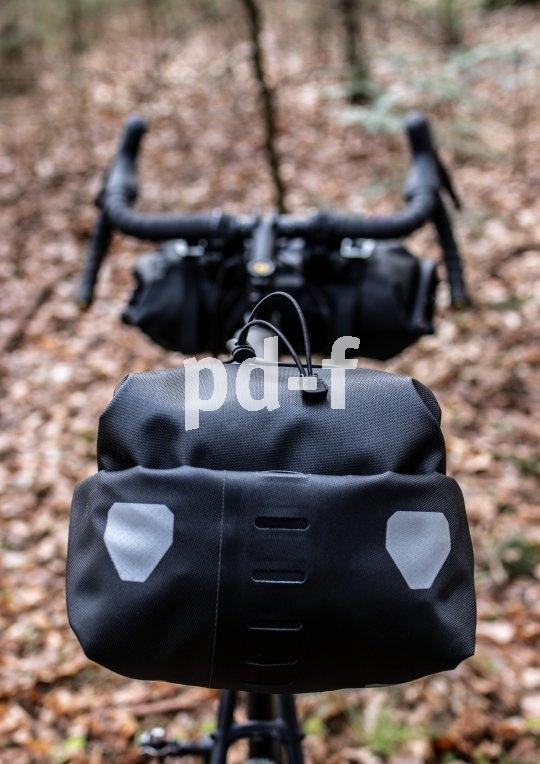 """Ein Blick von hinten auf das verschlossene """"Seatpack"""" von Ortlieb. Gut komprimiert, fest verzurrt und wasserdicht."""