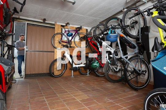 Am besten lassen Fahrräder sich senkrecht an der Wand unterbringen. Schiebetüren bieten große Türöffnungen bei geringem Platzbedarf.