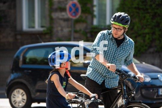 Bei den Radfahranfängen im Straßenverkehr ist die Kommunikation zwischen Eltern und Kind enorm wichtig.