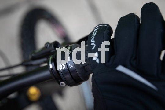 Der Getriebehersteller Pinion bringt einen weiterentwickelten Drehschaltgriff für seine Zentralgetriebe auf den Markt. Neben anderen Verbesserungen lässt er sich besser mit Handschuh und bei Nässe bedienen.