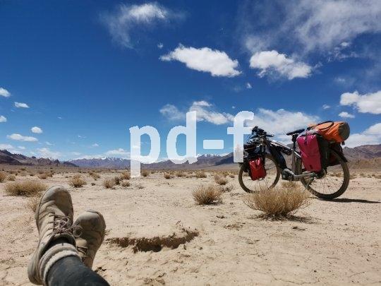 Hochebene im Pamir auf rund 4000 Meter über Meer. Trotz Sonnenschein im Juni sind dicke Wollsocken nötig. Der Himmel scheint so nahe, das Licht macht alles gestochen scharf.