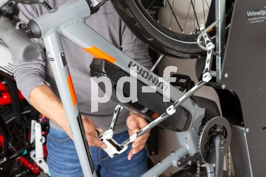 Eine stabile Aufhängung trägt ohne Probleme auch schwerere Räder. Und nicht nur das E-Bike gehört auch in der Fahrradabstellanlage sicher angeschlossen.